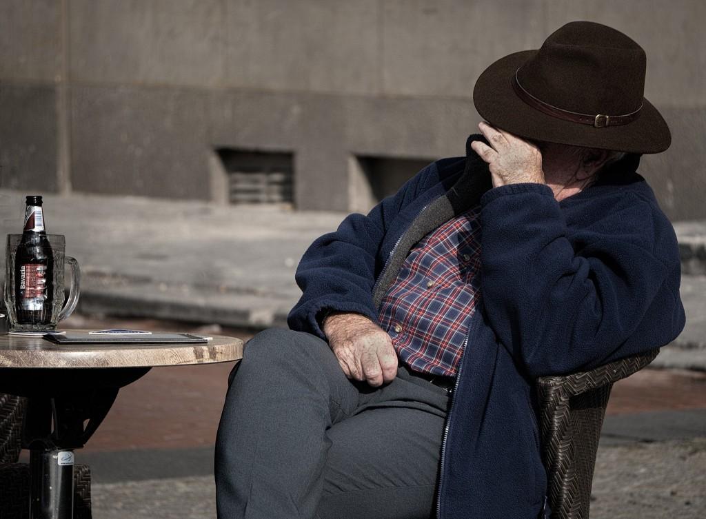 Oude mannen op een terrasje